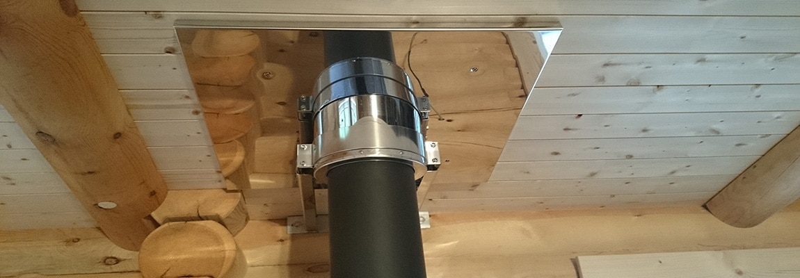 Planung und Installation - Küchenherd im Holzhaus mit aufgesetztem Schornstein.